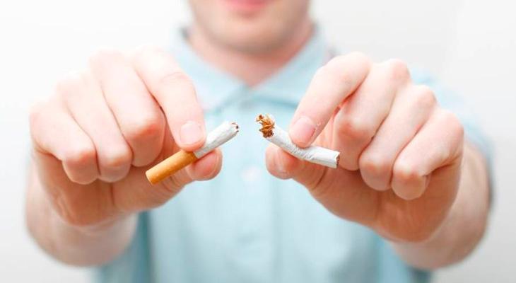 Мужчина рвет сигарету