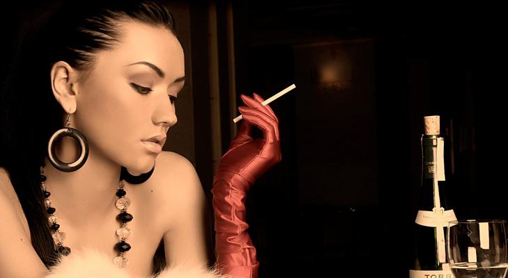 Девушка с сигаретой и бокалом