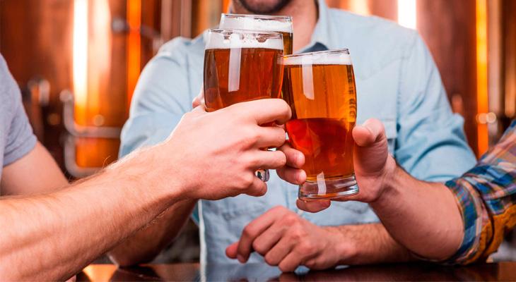Пить пиво в компании