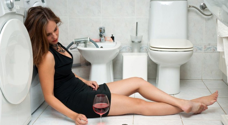 Пьяная девушка в ванной