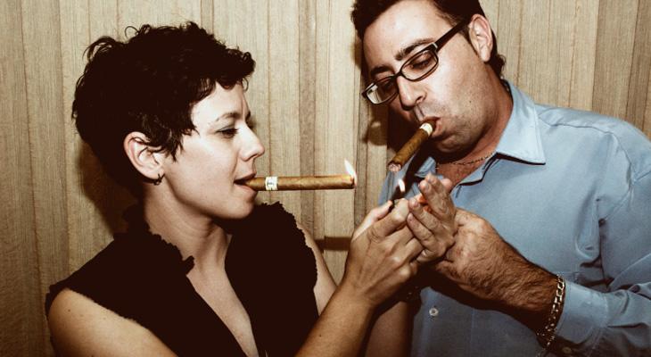 Женщина и мужчина курят