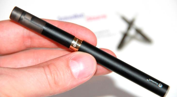 Электронная сигарета в руке