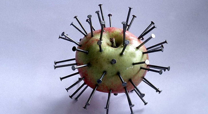 Яблоко с гвоздями
