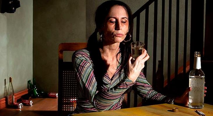 Женщина пьет спиртное