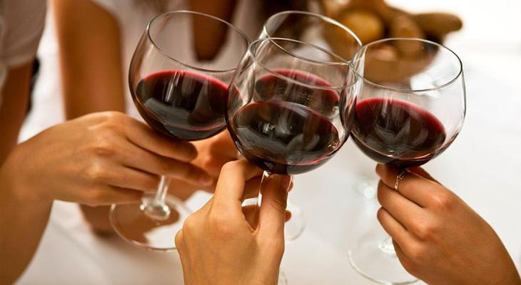 Пить вино в компании