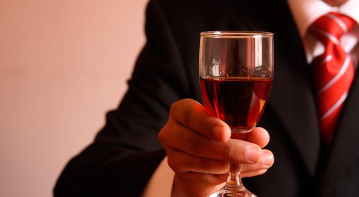 Мужчина держит бокал с вином