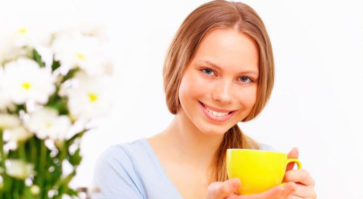 Девушка с чаем