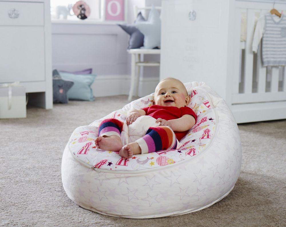 Во сколько месяцев ребенок самостоятельно сидит