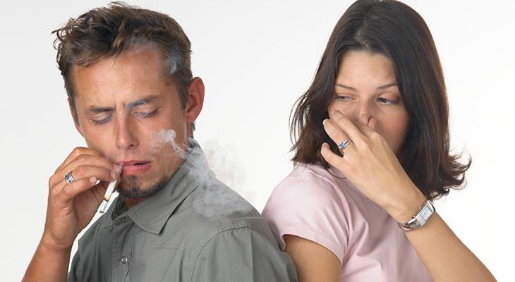 Девушке неприятен дым от сигарет
