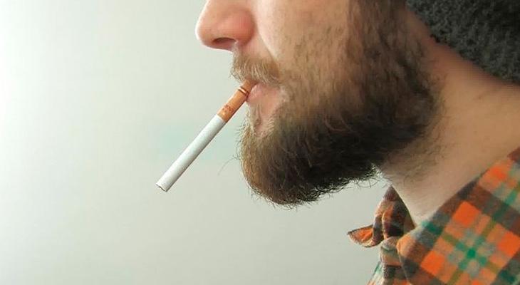 Курить сигарету
