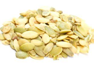 Во время очищения в семенах тыквы важно сохранить тонкую серовато-зеленоватую оболочку, именно в ней содержится аминокислота, обеспечивающая их противопаразитарное действие