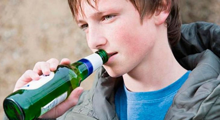 Подросток пьет пиво