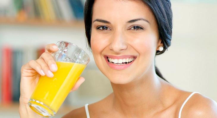 Девушка со стаканом сока