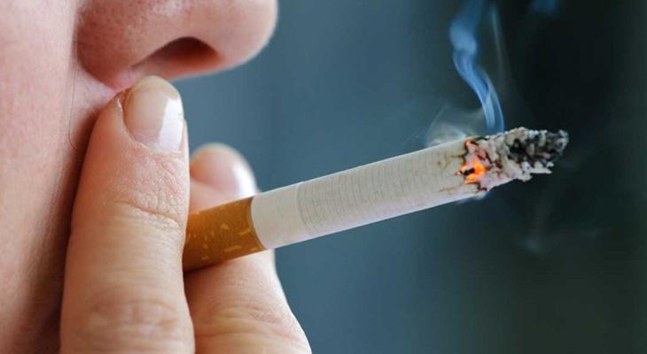Человек курит сигарету